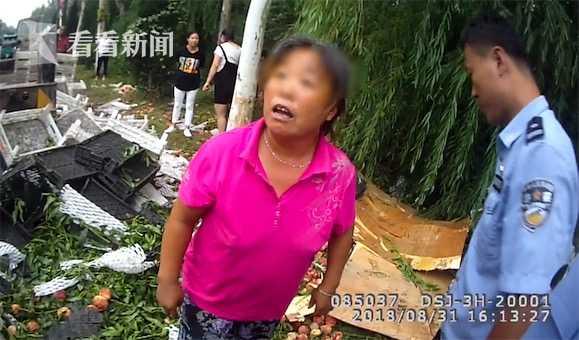 货车侧翻万斤蜜桃遭哄抢 民警劝阻竟遭大妈反呛:我犯法了吗?