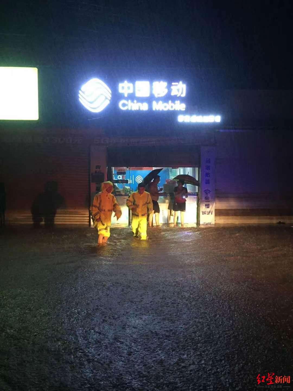 民警接到该手机店报警,前往帮忙转移物质