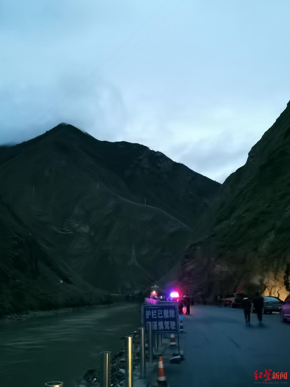 现场在峡谷里黑水河旁的省道上