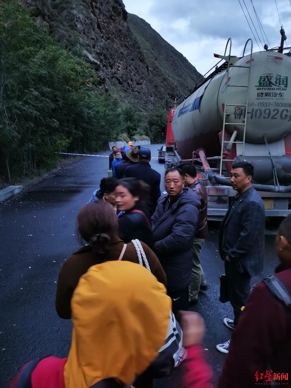 村民们排好队,准备通过事故区域