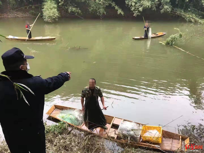 ↑男子驾木筏捕鱼被举报,民警赶到