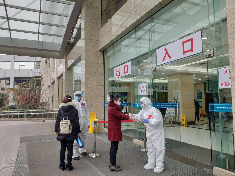 """疫情之下每天接诊400人 看华西医院如何守住血透""""生命线"""""""