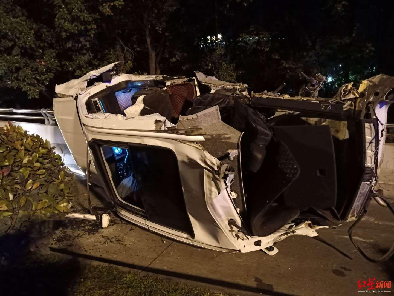 绵阳发生惨烈车祸:一辆轿车凌晨撞上桥墩侧翻致1死3伤