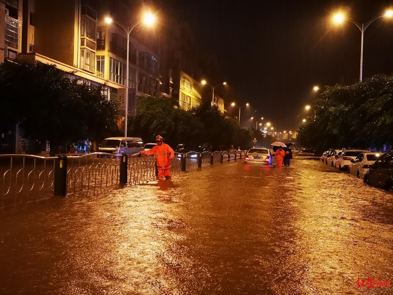 ↑大英县部分街道出现大量积水。