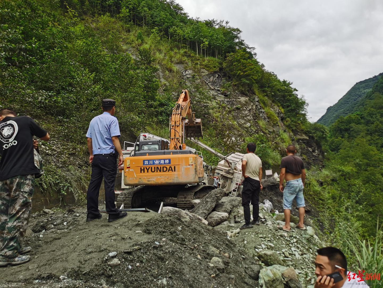 惊险救援!大货车冒险通过禁行路段 压垮路基差点翻下悬崖