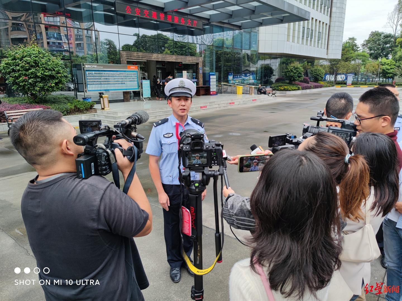 2020年9月21日,成都交警四分局民警接受媒体采访