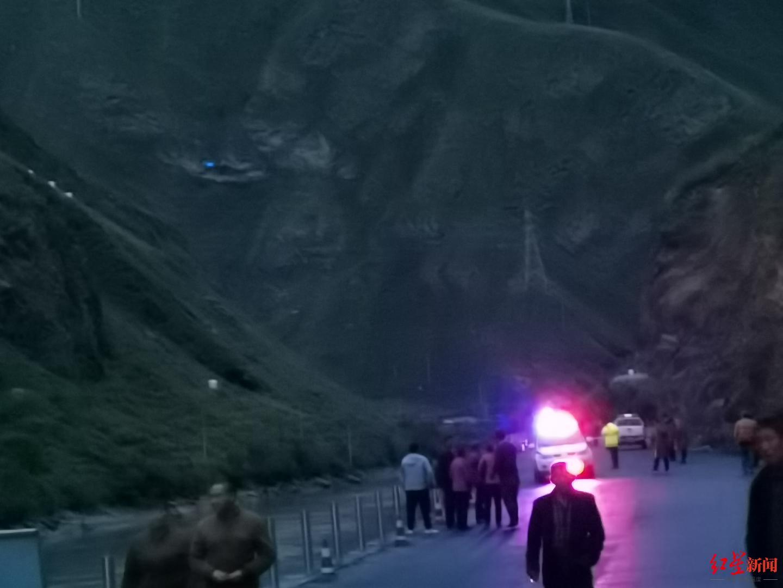 """阿坝黑水直升机坠毁现场:飞机残骸散落路边 """"老百姓都说飞得"""