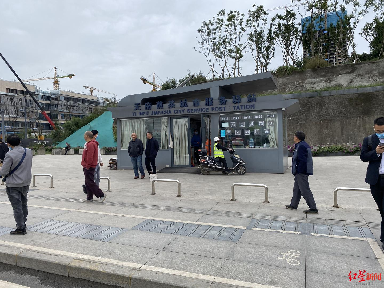 ▲天府煎茶城市服务驿站附近也看不到共享单车的身影