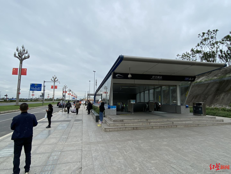 ▲科学城地铁站出口,难觅一辆共享单车