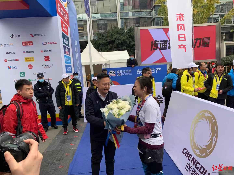 """最后一名也有奖牌和鲜花!""""压哨""""完赛的她收到成马暖心大礼"""