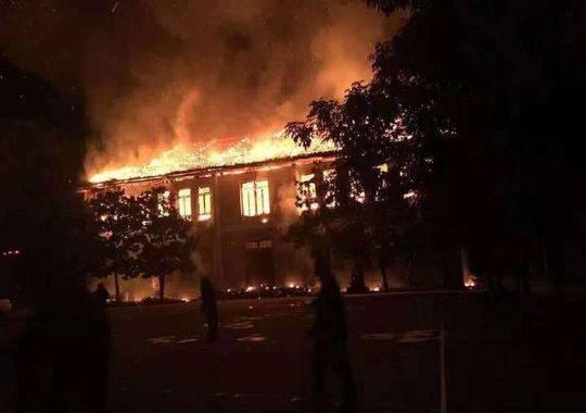 视频:四川一中学突发火灾 老建筑被烧成一副空架