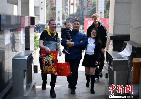 父亲黄维孝(前中)小区门口迎接女儿黄蔚茹一家人。 刘忠俊 摄