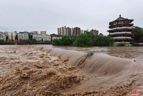 ↑广元市城区南河水位猛涨,拦河坝淹沒,燕巧、高志农 摄