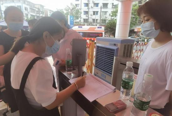 市中医院天峰街院区查验市民新冠肺炎疫苗接种信息