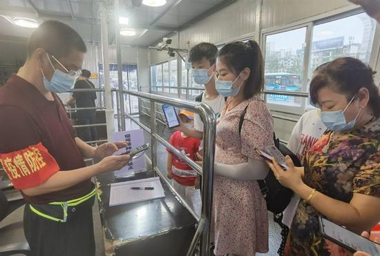 遂宁市火车站查验出行旅客的新冠肺炎疫苗接种信息