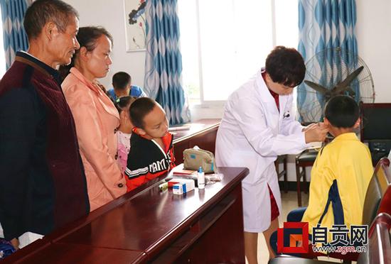 农村近视儿童超三成 电子产品正在侵蚀乡村孩童