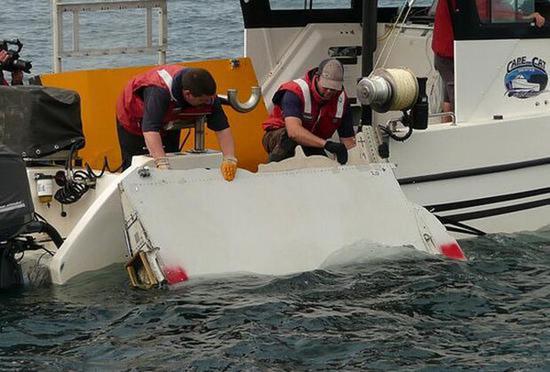 马航MH370遇难者家属称找到5片客机残骸。