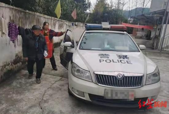 老人翻越养老院大门误上高速路 幸被民警及时带离