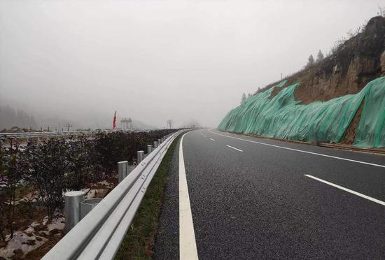 当前,叙威高速公路绝大部分路段已具备功能性通车,正进行附属设施的安装、调试及最后一段主体工程的施工。赵剑 摄