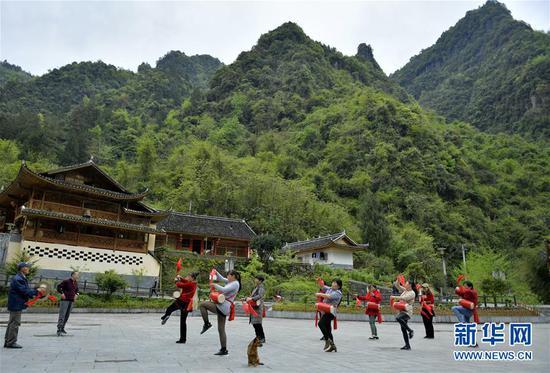 4月14日,湖北省宣恩县长潭河侗族乡两溪河村村民练习打腰鼓