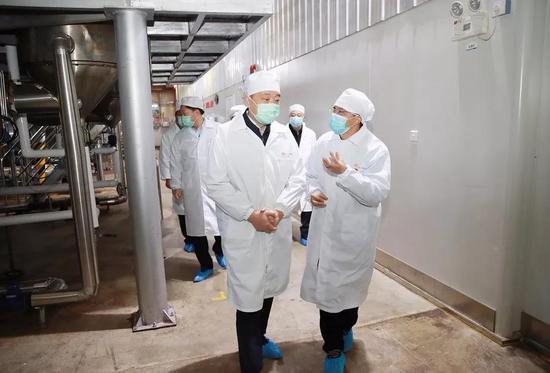 兰开驰在华润三九(雅安)有限公司,调研配方颗粒生产线复产情况,检查疫情防控工作