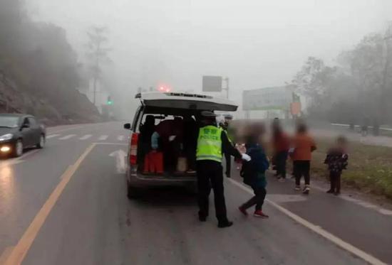 """面包车超载""""硬挤""""19人 四川达州一驾驶员被判刑"""