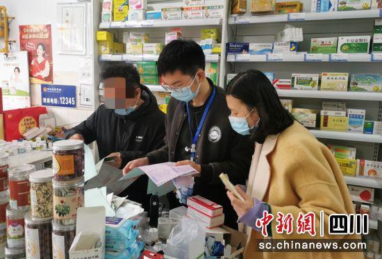 执法人员在药店开展检查工作。(资料图)