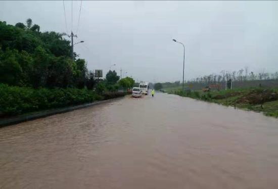 受强降雨影响 自贡多处道路出现积水