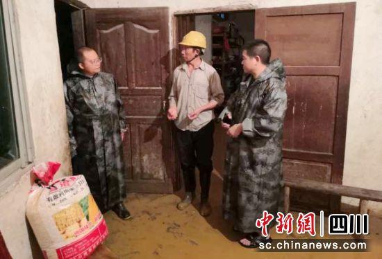 四川泸州深夜遭遇暴雨袭击 3000余人紧急转移