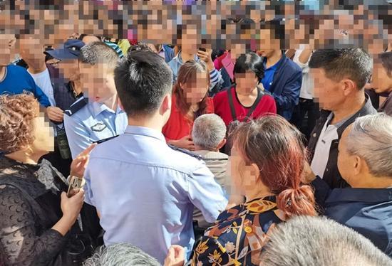 """老人街头疑似""""偷""""小孩遭围堵 警方:嫌疑人被带回调查"""