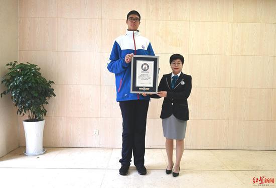 """小宇获得""""最高的青少年(男性)""""吉尼斯世界纪录称号"""