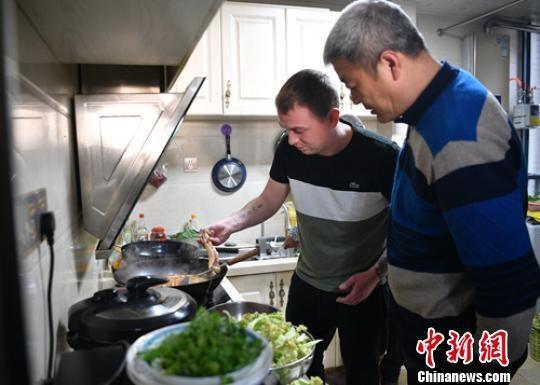 """""""洋女婿""""Liam McCarthy厨房学做水煮鱼。 刘忠俊 摄"""