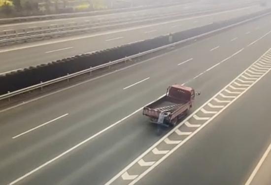 高速路上货车抛锚 这位老司机竟让同车人推车前行
