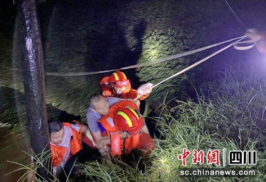 消防员正在受灾区域展开营救。泸州消防供图