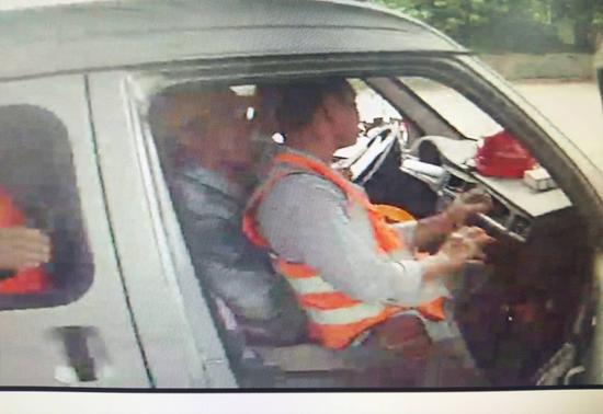 准载7人实载17人 成都一面包车驾驶员超员两倍多被查