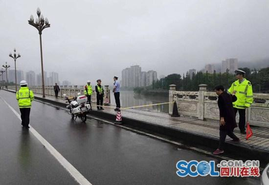 雅安一轿车失控撞断大桥护栏 警方:车未坠江人无伤亡