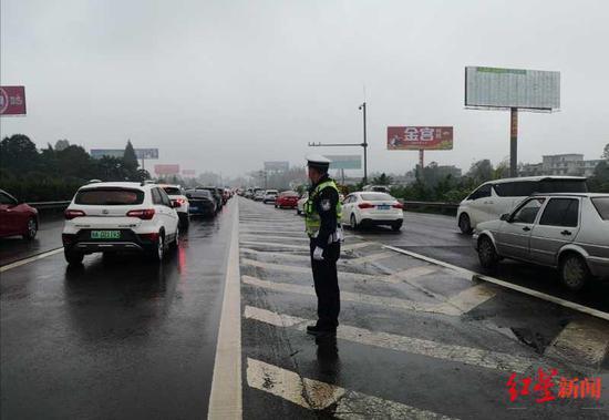 交警全员上路保障道路交通顺畅
