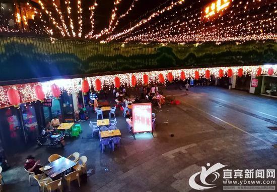 深夜里,南岸财富广场的宵夜店仍然灯火通亮。记者 何东 摄