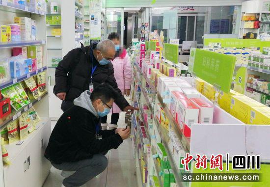 执法人员正在药店检查。(资料图)