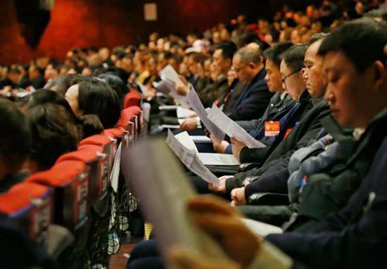 参会人员正认真听取泸州市长杨林兴作政府工作报告。周梦颖摄