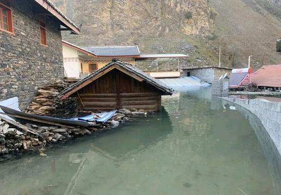 四川九龙县发生高位山体滑坡 滑坡仍未停止 堰塞体流量稳定