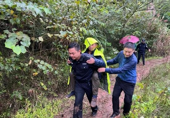暖心!遂宁蓬溪一老人走失 民警连续搜寻20余小时找回