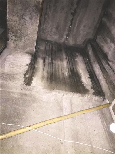 出事房间还有渗水的痕迹