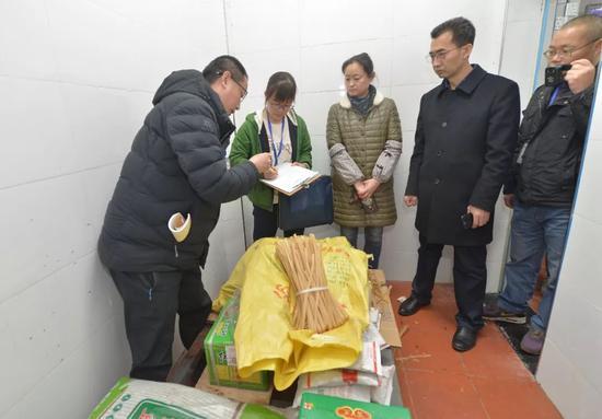 △3月16日,温江区市场监督管理局再次开库,对封存食材进行核查