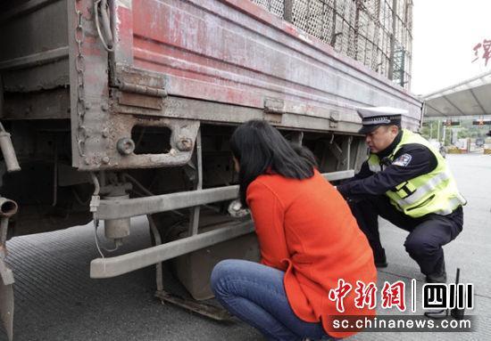 货车油箱脱落与地面磨出火花 民警反应迅速排除安全隐患