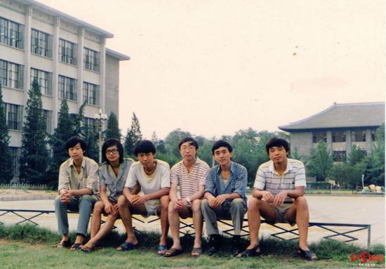 黄立新(左一)和同学在北大图书馆前合影