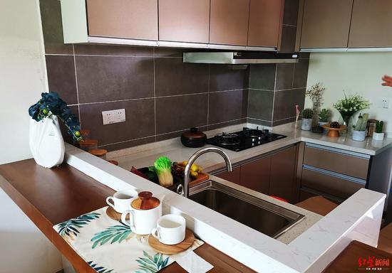 样板间厨房摆放的燃气灶。