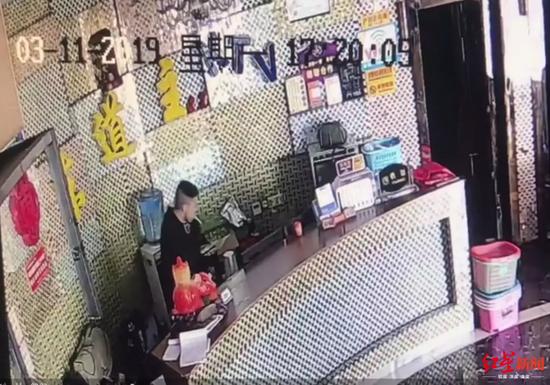 监控视频记录了男子的作案过程