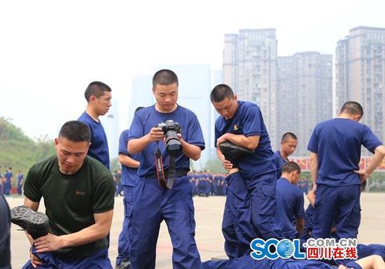入队后,羊冉常常拿着相机当起中队的小记者