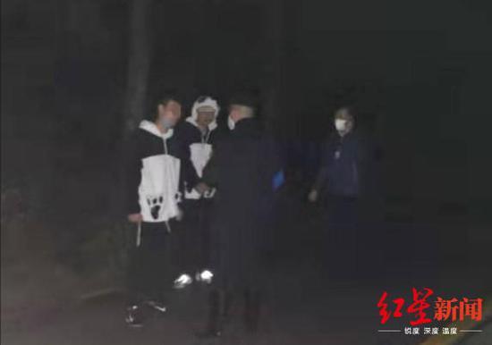 救援人员找到被困游客